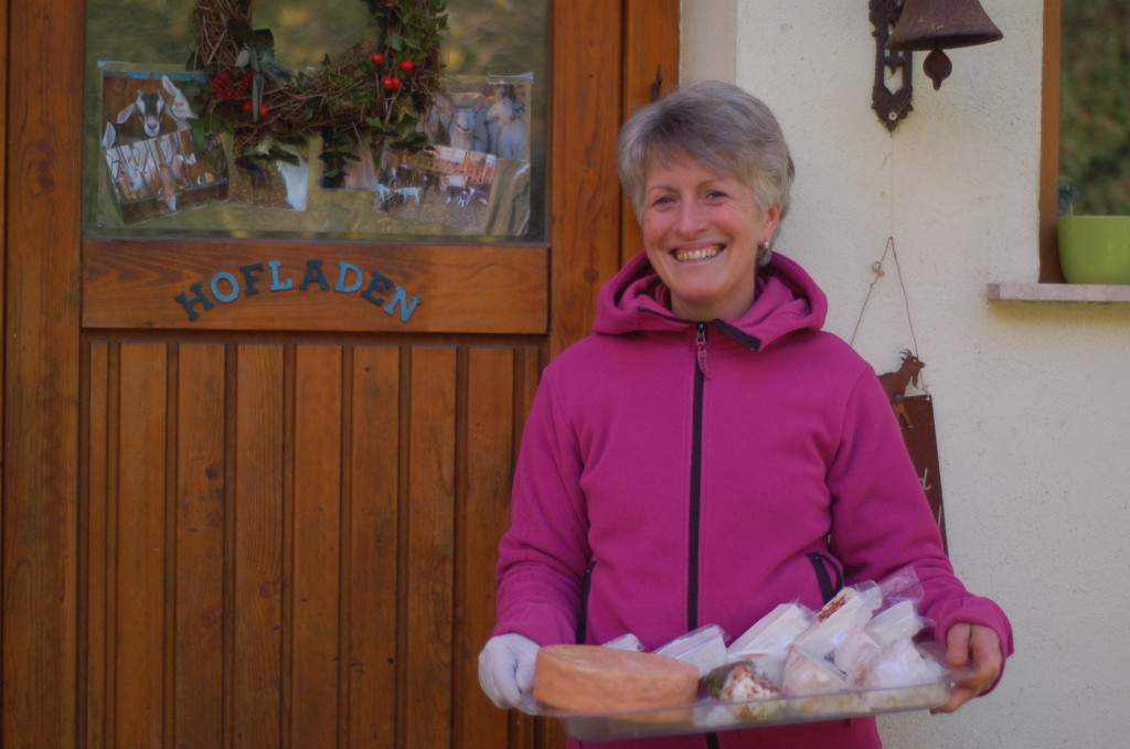Anita vor ihrem Hofladen
